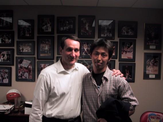 コーチKと。コーチの特別室にて。部屋内には往年の選手が壁一杯に飾られている。